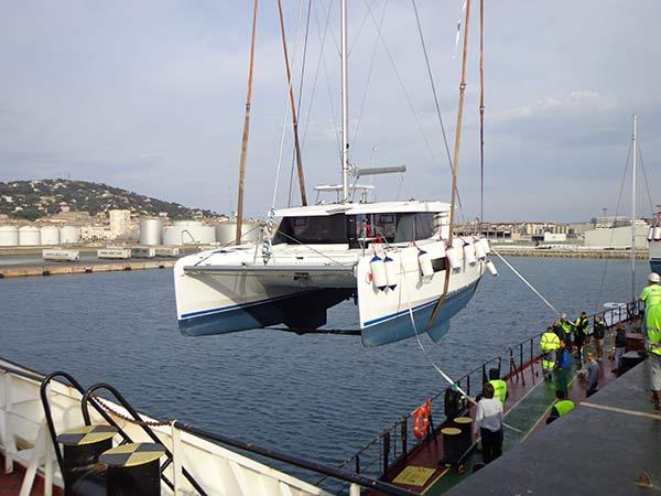 Déchargement de catamaran dans le Port de Sète
